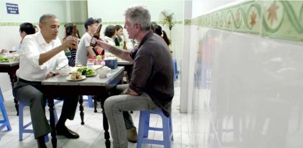 Xem video Tổng thống Obama dùng tay thay đũa gắp bún chả ăn ở Việt Nam - Ảnh 2.