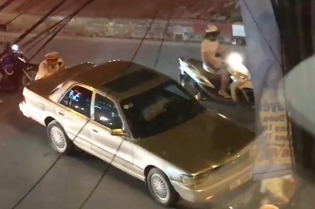 Hình ảnh đẹp: CSGT giúp dân đẩy xe ô tô chết máy giữa đường phố Hà Nội - Ảnh 2.