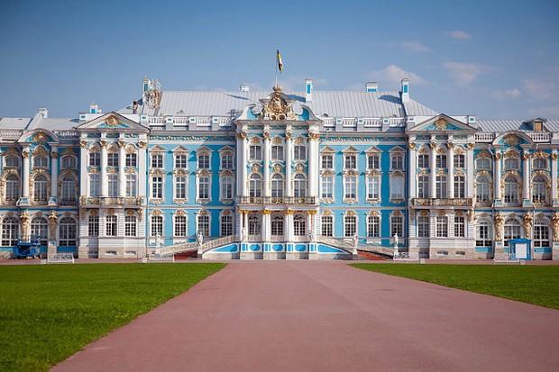Du khách Trung Quốc gây phẫn nộ khi cho con tè bậy ở Cung điện hoàng gia Nga - Ảnh 3.