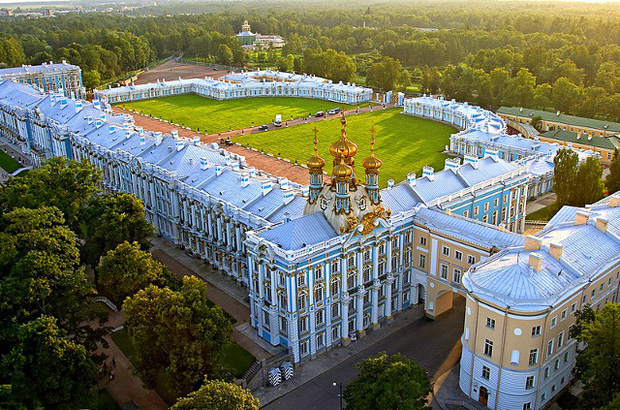 Du khách Trung Quốc gây phẫn nộ khi cho con tè bậy ở Cung điện hoàng gia Nga - Ảnh 2.