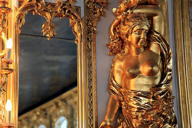 Du khách Trung Quốc gây phẫn nộ khi cho con tè bậy ở Cung điện hoàng gia Nga - Ảnh 6.