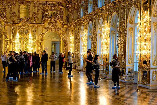 Du khách Trung Quốc gây phẫn nộ khi cho con tè bậy ở Cung điện hoàng gia Nga - Ảnh 1.