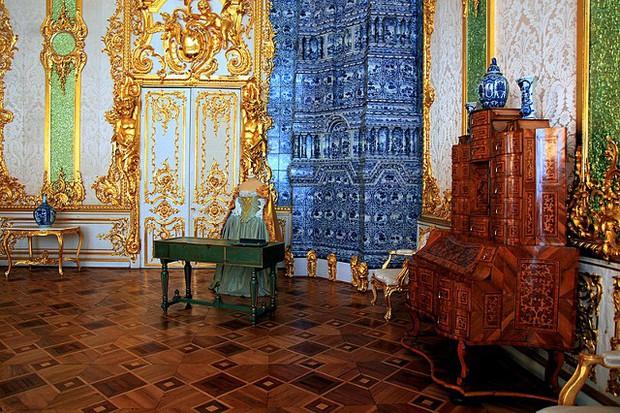 Du khách Trung Quốc gây phẫn nộ khi cho con tè bậy ở Cung điện hoàng gia Nga - Ảnh 5.