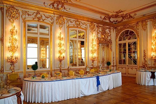 Du khách Trung Quốc gây phẫn nộ khi cho con tè bậy ở Cung điện hoàng gia Nga - Ảnh 4.