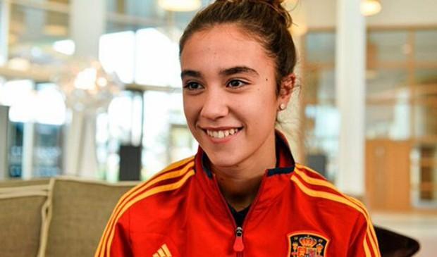 Nữ cầu thủ xinh đẹp tốc áo sau pha bỏ lỡ không tưởng - Ảnh 7.
