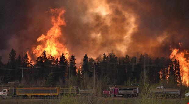 Cháy rừng dữ dội tại Canada, sơ tán cả thành phố - Ảnh 2.