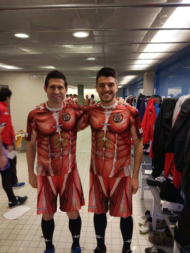 Choáng với bộ áo đấu theo phong cách lột da đúng nghĩa của CLB C.D. Palencia - Ảnh 3.