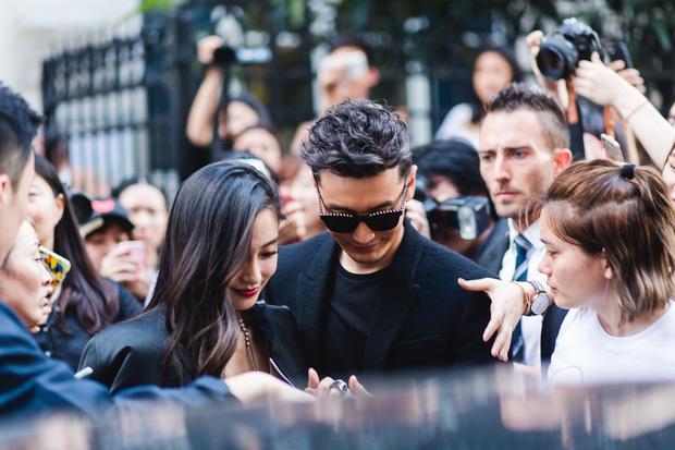 Huỳnh Hiểu Minh che chở cho Angela Baby giữa đám đông tại show Givenchy - Ảnh 9.