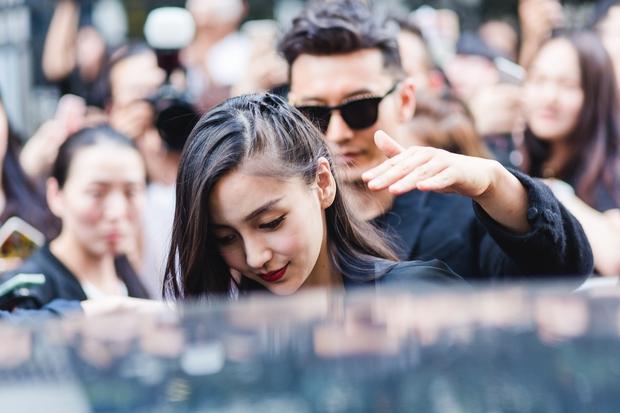 Huỳnh Hiểu Minh che chở cho Angela Baby giữa đám đông tại show Givenchy - Ảnh 10.