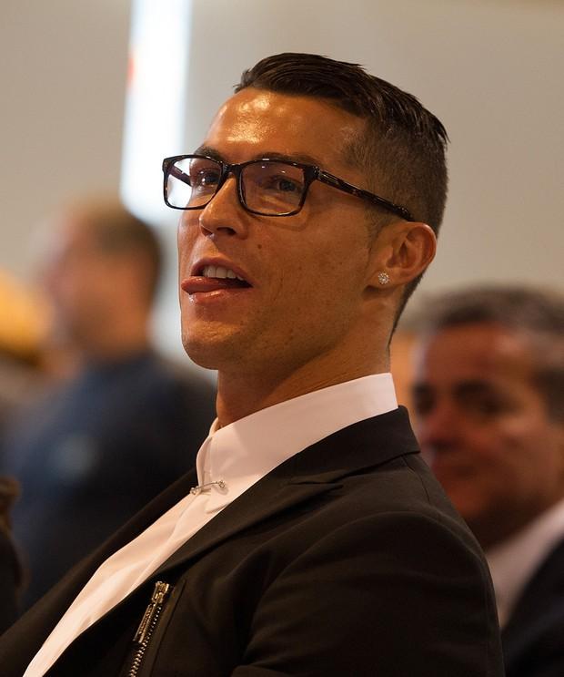 Chiếc kính không độ sành điệu báo hại Ronaldo - Ảnh 1.