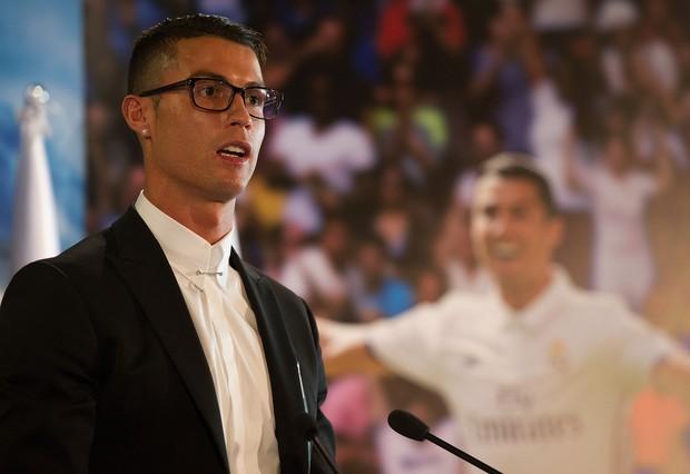 Chiếc kính không độ sành điệu báo hại Ronaldo - Ảnh 2.