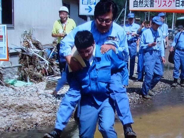 Được cõng qua vũng nước, thứ trưởng Nhật Bản phải cúi đầu xin lỗi toàn thể người dân - Ảnh 1.