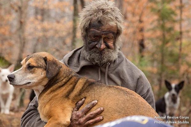 Lão Hạc vô gia cư thời hiện đại đau xót khi phải rời bỏ 31 chú chó cưng - Ảnh 1.