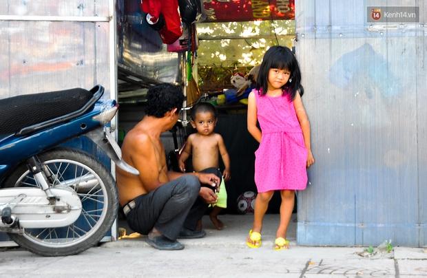 Mẹ bỏ đi, người cha đơn thân nuôi 3 con nhỏ sống lay lắt ở vỉa hè Sài Gòn - Ảnh 12.