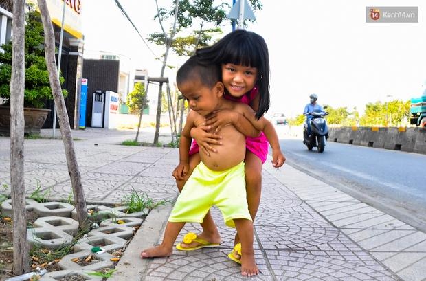 Mẹ bỏ đi, người cha đơn thân nuôi 3 con nhỏ sống lay lắt ở vỉa hè Sài Gòn - Ảnh 10.