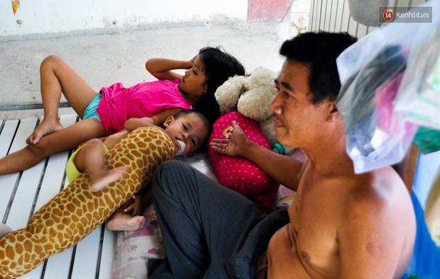 Mẹ bỏ đi, người cha đơn thân nuôi 3 con nhỏ sống lay lắt ở vỉa hè Sài Gòn - Ảnh 6.