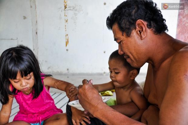 Mẹ bỏ đi, người cha đơn thân nuôi 3 con nhỏ sống lay lắt ở vỉa hè Sài Gòn - Ảnh 8.