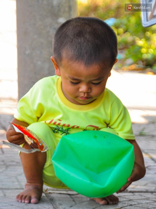 Mẹ bỏ đi, người cha đơn thân nuôi 3 con nhỏ sống lay lắt ở vỉa hè Sài Gòn - Ảnh 11.