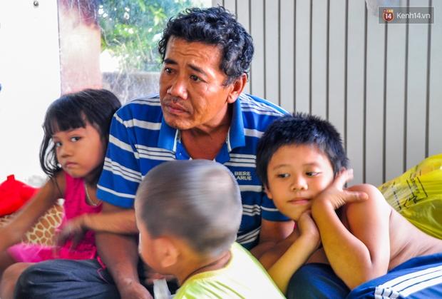 Mẹ bỏ đi, người cha đơn thân nuôi 3 con nhỏ sống lay lắt ở vỉa hè Sài Gòn - Ảnh 5.
