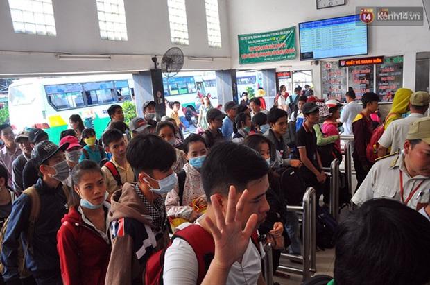 Người dân hai miền rời thành phố về nghỉ lễ, bến xe, sân bay đông nghịt - Ảnh 15.