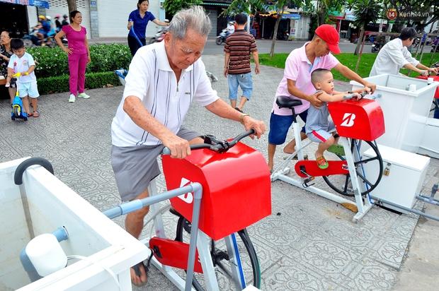 Người Sài Gòn hào hứng với máy tập thể dục kiêm lọc nước làm sạch kênh Nhiêu Lộc - Thị Nghè - Ảnh 3.