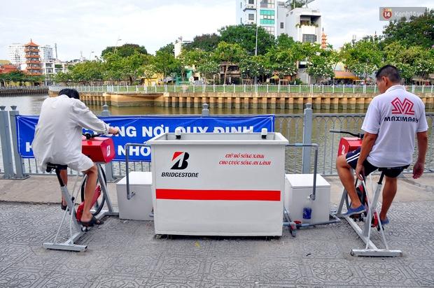 Người Sài Gòn hào hứng với máy tập thể dục kiêm lọc nước làm sạch kênh Nhiêu Lộc - Thị Nghè - Ảnh 2.