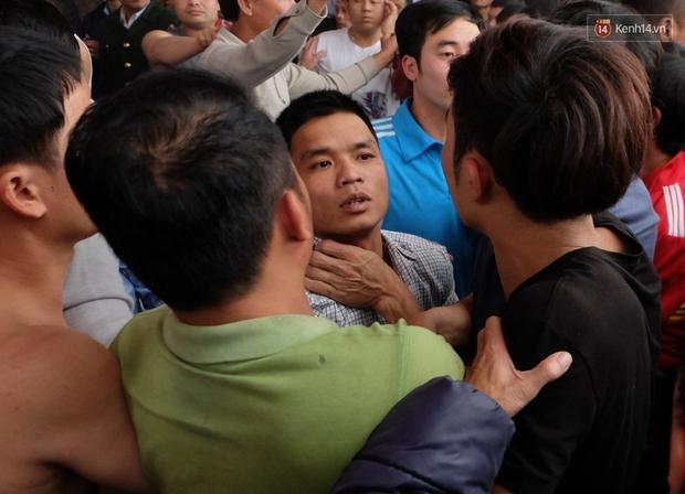 Hình ảnh hỗn chiến kinh hoàng trong lễ hội cướp phết ở Phú Thọ - Ảnh 4.