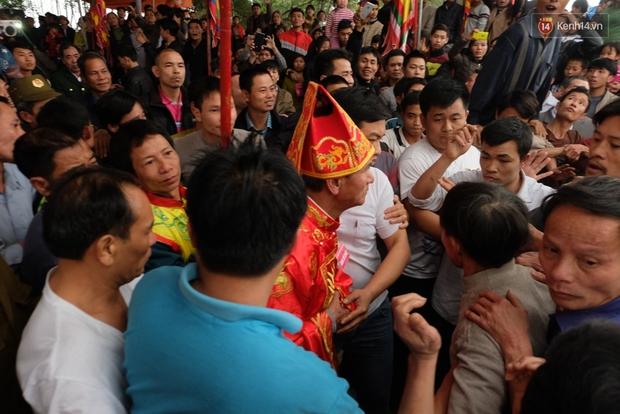 Hình ảnh hỗn chiến kinh hoàng trong lễ hội cướp phết ở Phú Thọ - Ảnh 3.