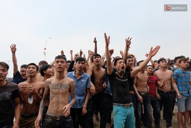 Hình ảnh hỗn chiến kinh hoàng trong lễ hội cướp phết ở Phú Thọ - Ảnh 6.