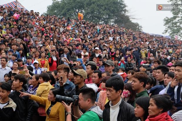 Hình ảnh hỗn chiến kinh hoàng trong lễ hội cướp phết ở Phú Thọ - Ảnh 5.