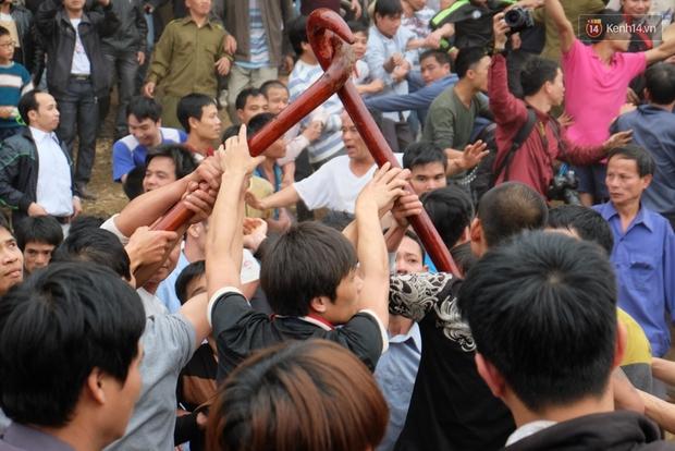 Hình ảnh hỗn chiến kinh hoàng trong lễ hội cướp phết ở Phú Thọ - Ảnh 7.