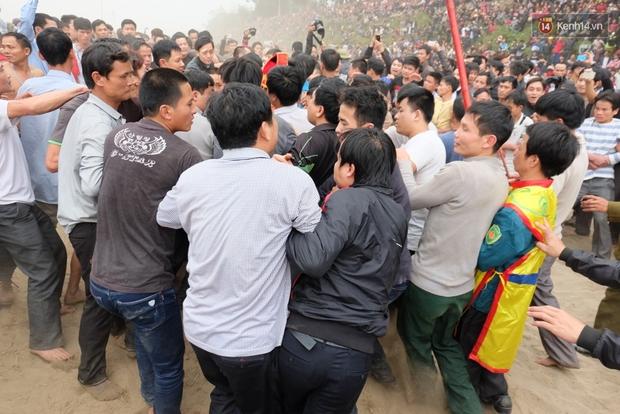 Hình ảnh hỗn chiến kinh hoàng trong lễ hội cướp phết ở Phú Thọ - Ảnh 12.
