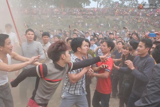 Hình ảnh hỗn chiến kinh hoàng trong lễ hội cướp phết ở Phú Thọ - Ảnh 8.