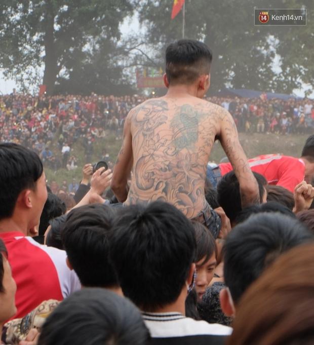 Hình ảnh hỗn chiến kinh hoàng trong lễ hội cướp phết ở Phú Thọ - Ảnh 11.