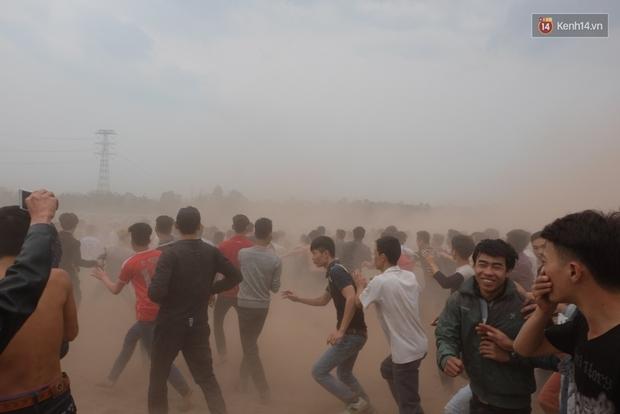 Hình ảnh hỗn chiến kinh hoàng trong lễ hội cướp phết ở Phú Thọ - Ảnh 9.