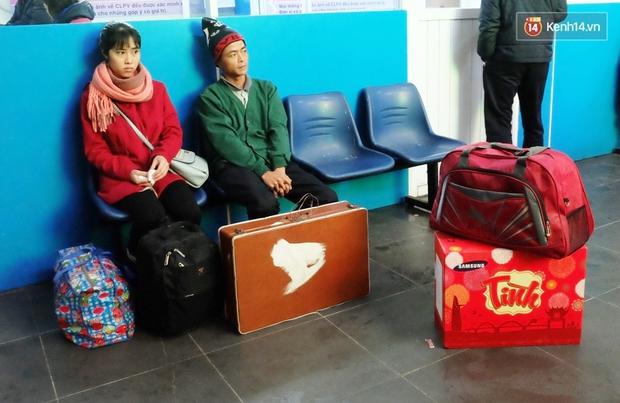 Sinh viên ở Hà Nội vật vã tìm xe về quê ăn Tết - Ảnh 10.