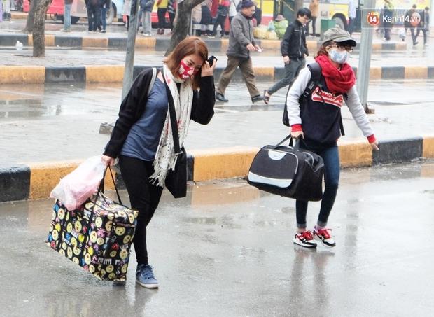 Sinh viên ở Hà Nội vật vã tìm xe về quê ăn Tết - Ảnh 6.