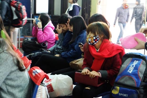 Sinh viên ở Hà Nội vật vã tìm xe về quê ăn Tết - Ảnh 5.