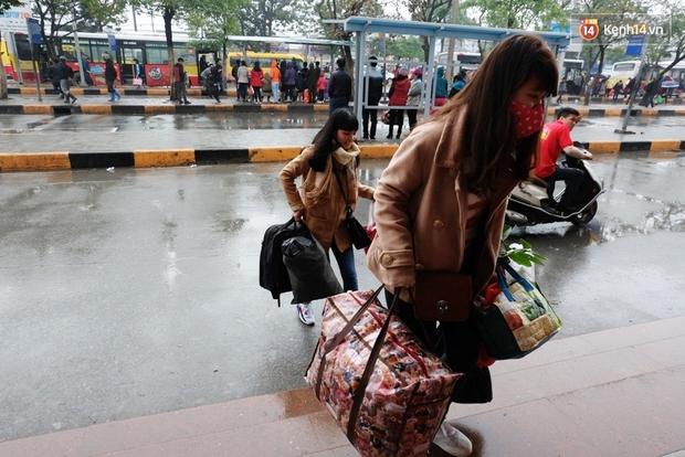 Sinh viên ở Hà Nội vật vã tìm xe về quê ăn Tết - Ảnh 9.