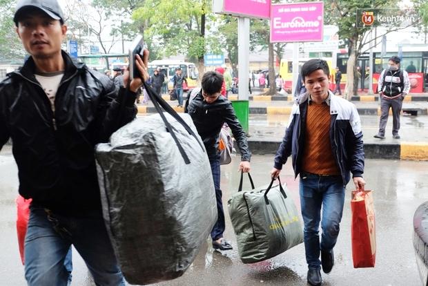Sinh viên ở Hà Nội vật vã tìm xe về quê ăn Tết - Ảnh 8.