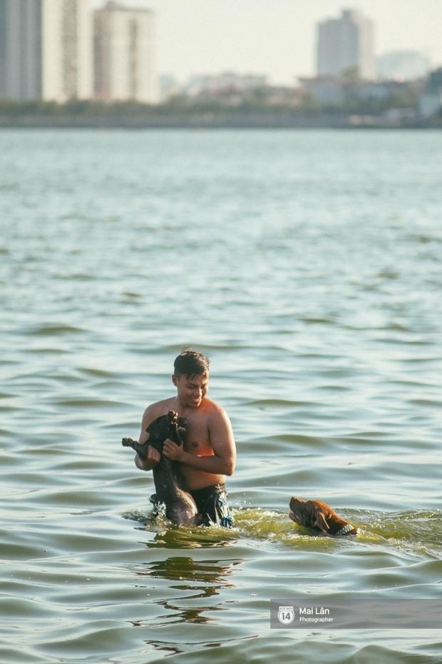 Cấm thì mặc cấm, người Hà Nội vẫn hớn hở vẫy vùng giữa bãi tắm hồ Tây để giải nhiệt - Ảnh 10.