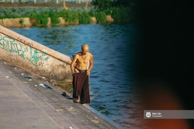 Cấm thì mặc cấm, người Hà Nội vẫn hớn hở vẫy vùng giữa bãi tắm hồ Tây để giải nhiệt - Ảnh 15.