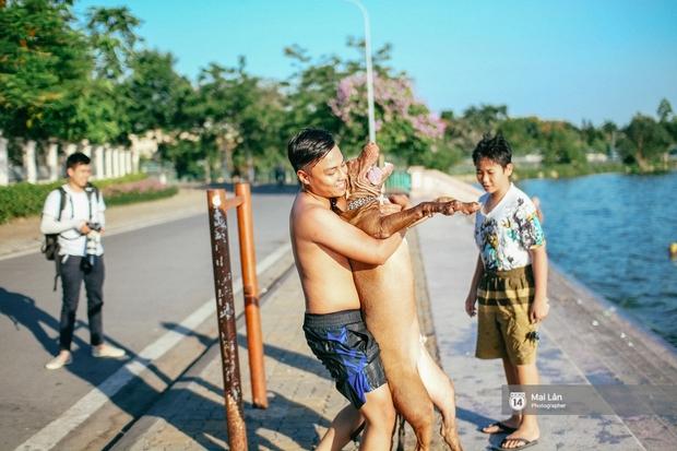 Cấm thì mặc cấm, người Hà Nội vẫn hớn hở vẫy vùng giữa bãi tắm hồ Tây để giải nhiệt - Ảnh 9.