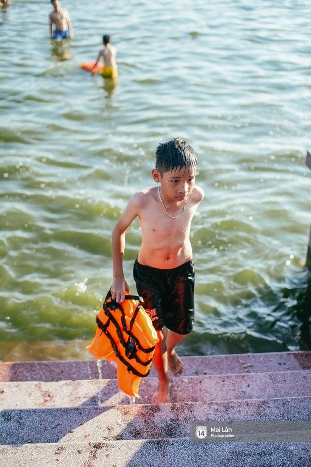 Cấm thì mặc cấm, người Hà Nội vẫn hớn hở vẫy vùng giữa bãi tắm hồ Tây để giải nhiệt - Ảnh 4.