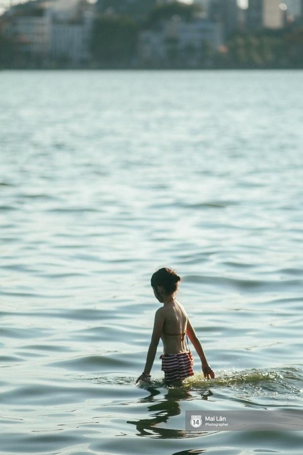 Cấm thì mặc cấm, người Hà Nội vẫn hớn hở vẫy vùng giữa bãi tắm hồ Tây để giải nhiệt - Ảnh 3.