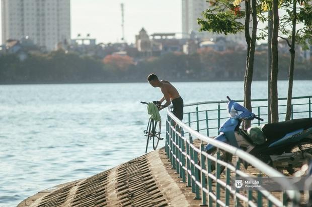 Cấm thì mặc cấm, người Hà Nội vẫn hớn hở vẫy vùng giữa bãi tắm hồ Tây để giải nhiệt - Ảnh 16.