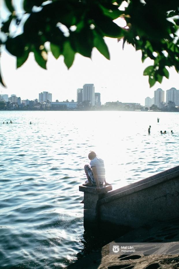 Cấm thì mặc cấm, người Hà Nội vẫn hớn hở vẫy vùng giữa bãi tắm hồ Tây để giải nhiệt - Ảnh 18.