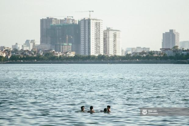 Cấm thì mặc cấm, người Hà Nội vẫn hớn hở vẫy vùng giữa bãi tắm hồ Tây để giải nhiệt - Ảnh 8.