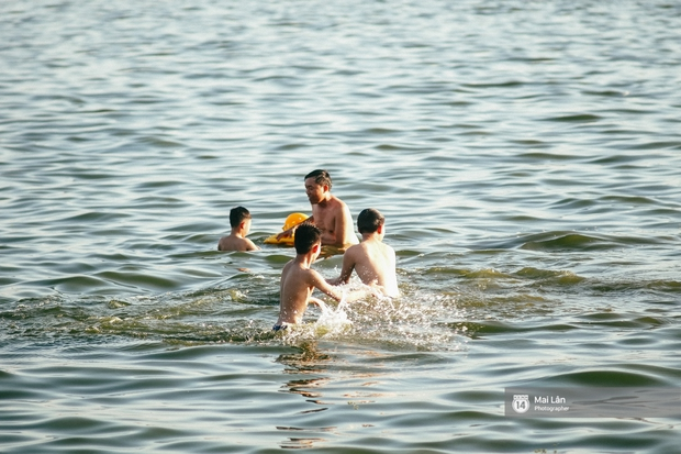 Cấm thì mặc cấm, người Hà Nội vẫn hớn hở vẫy vùng giữa bãi tắm hồ Tây để giải nhiệt - Ảnh 7.