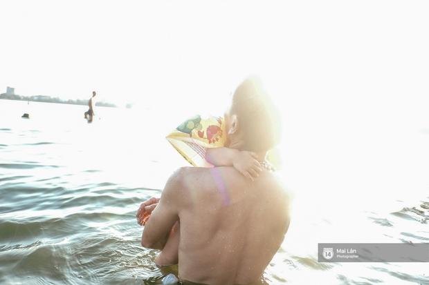 Cấm thì mặc cấm, người Hà Nội vẫn hớn hở vẫy vùng giữa bãi tắm hồ Tây để giải nhiệt - Ảnh 17.